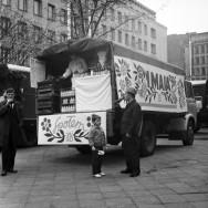 """Stoiska handlowe WSS """"Społem"""" w Warszawie podczas obchodów 1 maja, 1969, fot. G. Rutkowska, Narodowe Archiwum Cyfrowe"""