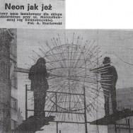 """Montaż neonu """"Jeż"""", dzięki uprzejmości M. Byczyńskiej"""