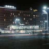 Pawilon Cepelii nocą rozświetlony neonami, lata 70. XX w.